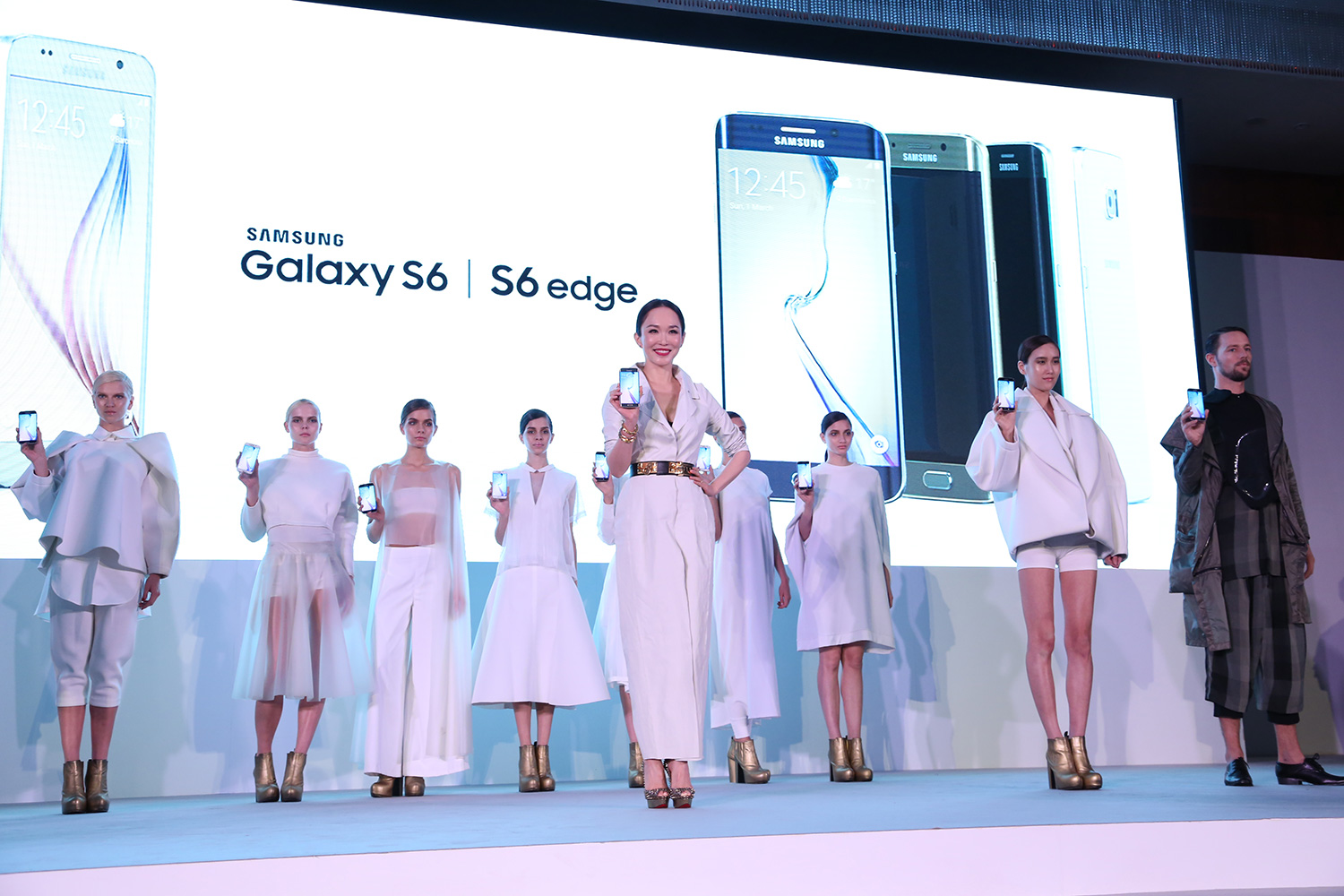 International-artiste-Fann-Wong-leading-an-entourage-of-models-wearing-beautiful-and-sophisticated-pieces-inspired-by-the-Galaxy-S6-4G+-and-Galaxy-S6-edge-4G+,-designed-by-Max-Tan-and-Joe-Chia