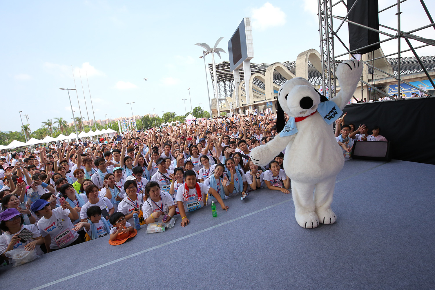 Snoopy-mascot-and-crowd