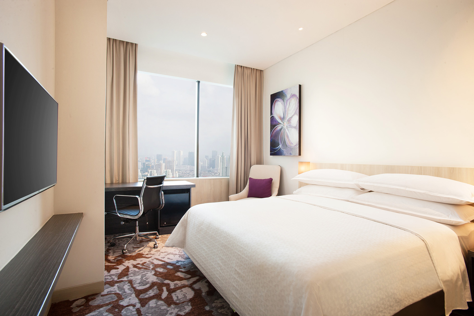 Photo : Four Points by Sheraton Tharmin, Deluxe King City Room