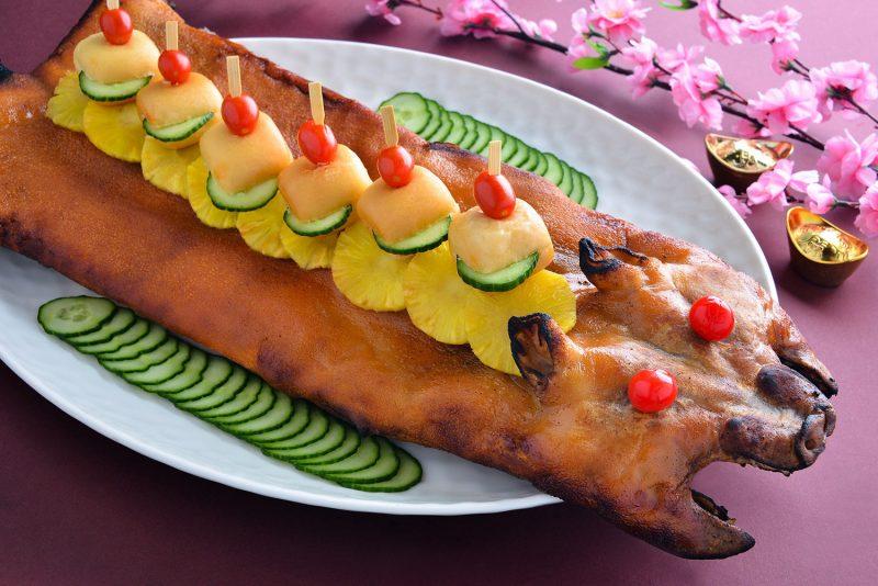 Roast-Suckling-Pig-with-Golen-Mantou