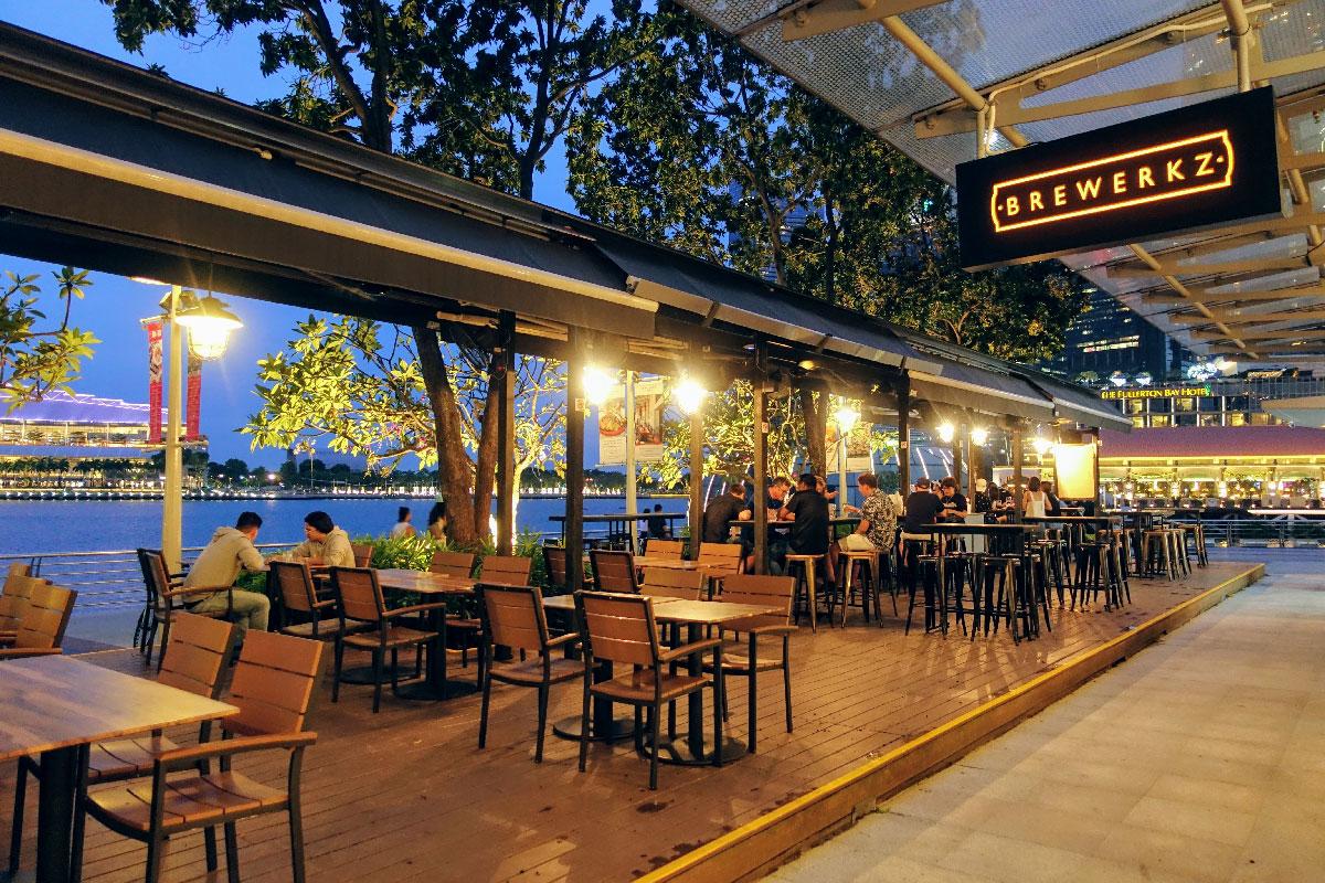 Brewerkz One Fullerton Outdoor Seating / Photo - Brewerkz